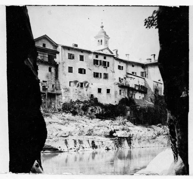 Vue sur la ville située entre Gorizia et Tolmino