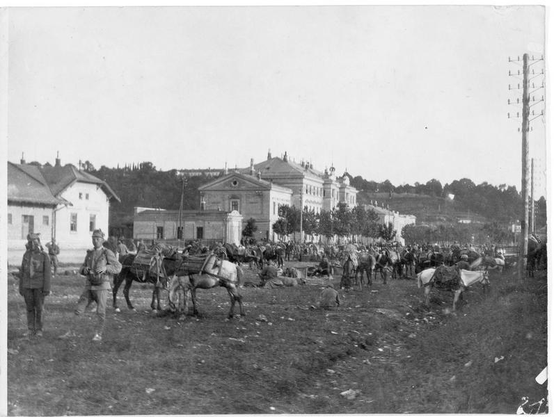 Vue de la ville, au premier plan les troupes austro-hongroises de montagne