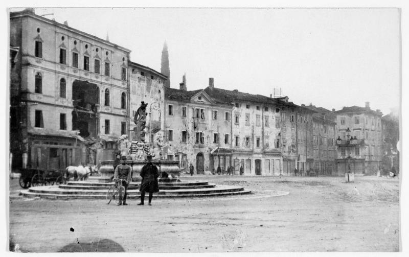 Vue sur la ville et la fontaine de Neptune et deux soldats