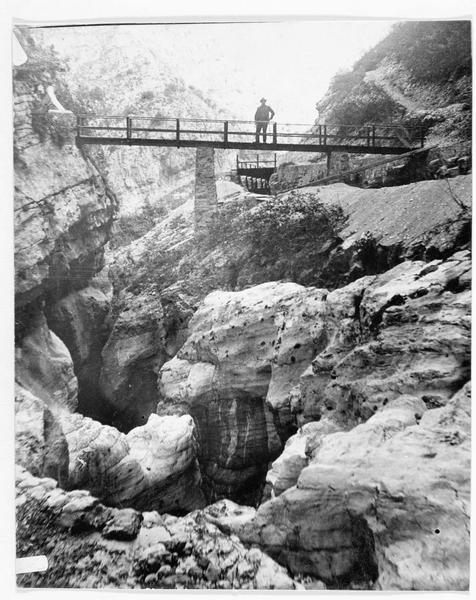 Passerelle au dessus des rochers, dans la vallée du Ledro