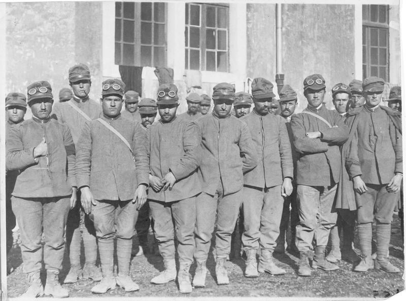Groupe de soldats italiens faits prisonniers par les soldats austro-hongrois