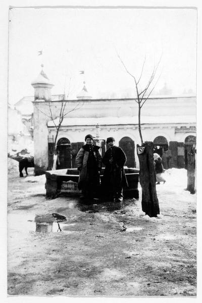 Paysans autour d'une fontaine à Buczacz (en yiddish)