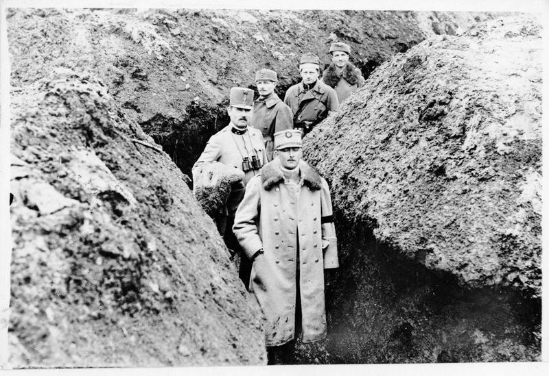 L'attaché militaire roumain visite une tranchée austro-hongroise
