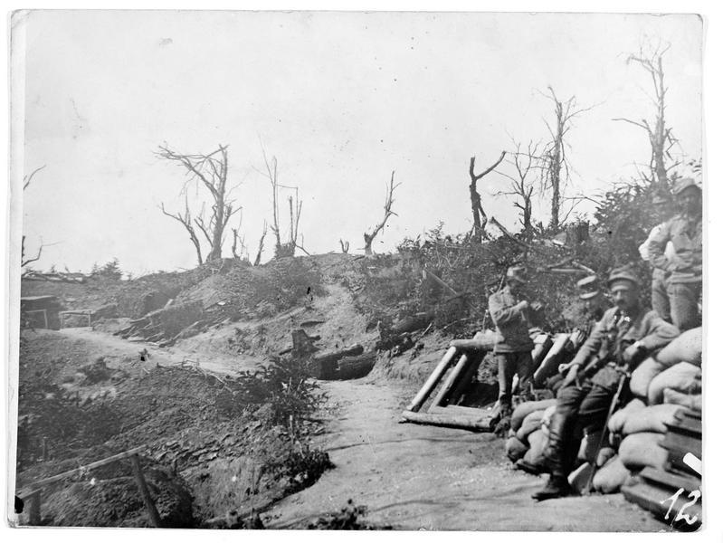 Position austro-hongroise sur le plateau de Podgora, au milieu des bombardements continuels. L'image montre la destruction de cet endroit