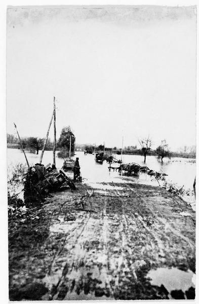 Une route avec voitures et automobiles restées embourbées à Dünaburg (en allemand)