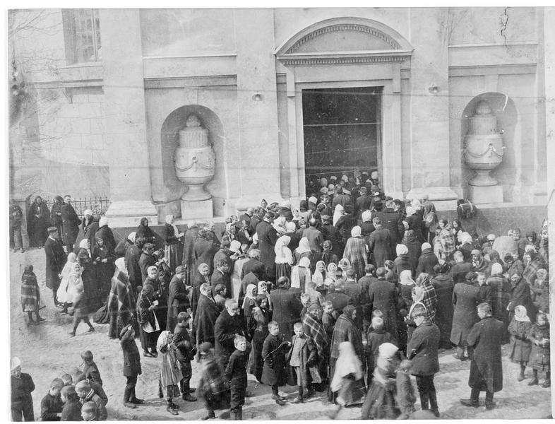 Groupe d'habitants entrant à l'église dans une ville près de Mitau (en allemand)