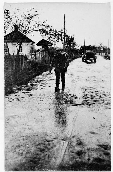 Soldat allemand sur une route inondée