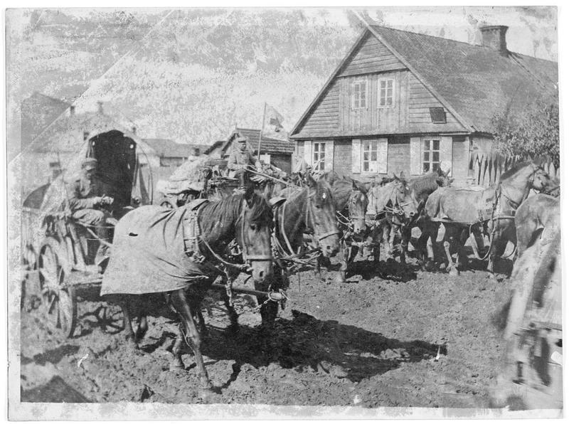 Convoi allemand traversant un village russe