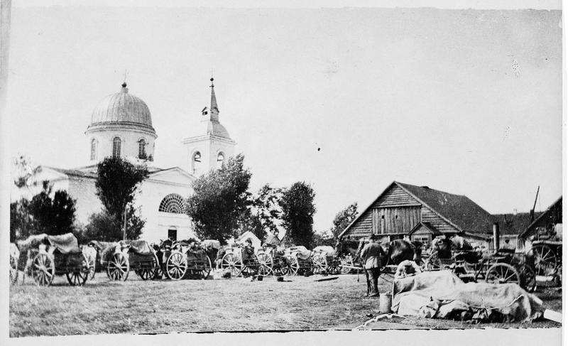 Front russe. Convoi allemand dans un village près de Riga