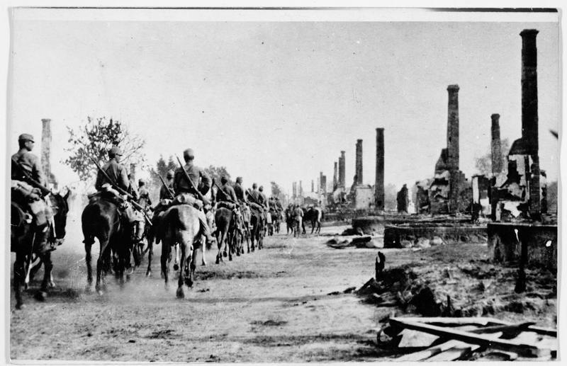 Front de Bessarabie, régiment de Ulhans traversant le village de Tlusciercz en ruines