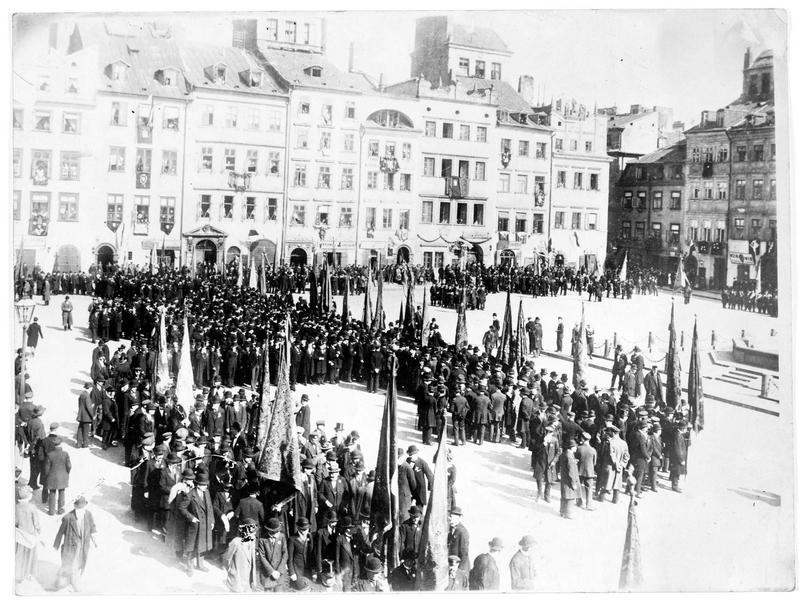 Manifestation pour le 125ème anniversaire de la Pologne sur la place du marché