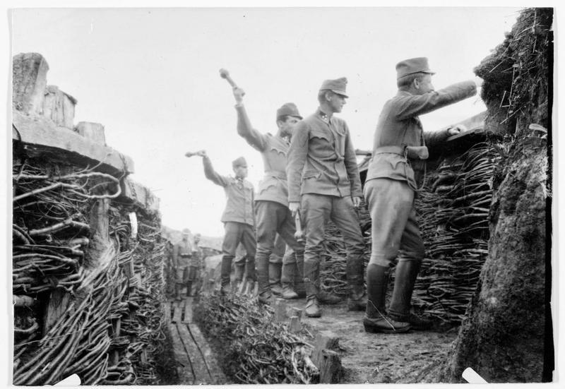 Front de la Strypa, sous-officiers austro-hongrois dans leurs tranchées, avec des grenades à main
