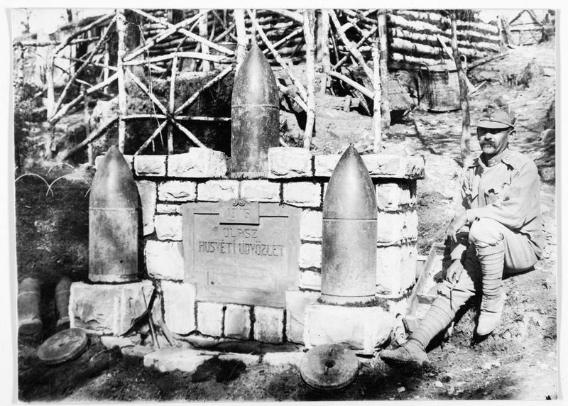 Monument en Volhynie élevé en 1916 par des soldats austro-hongrois, avec des obus de 28