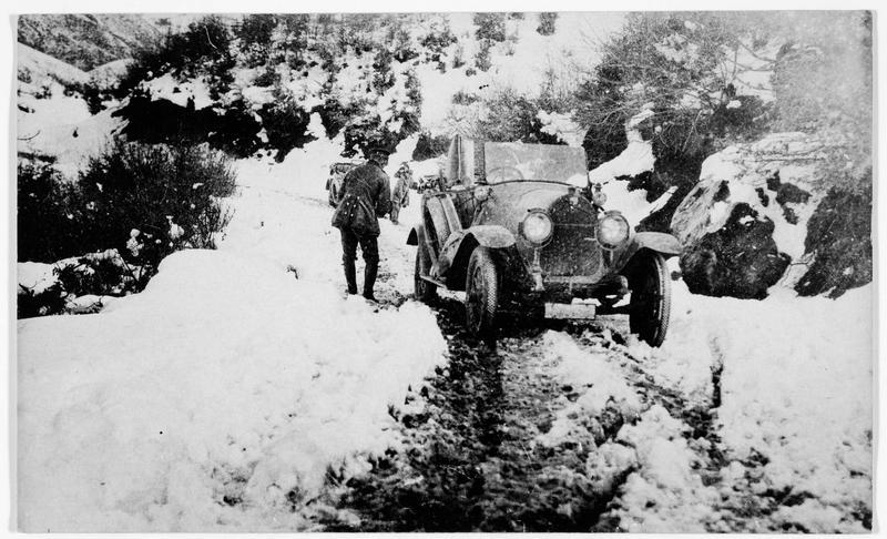 Front russe. Les difficultés causées par la neige, voiture bloquée sur la route