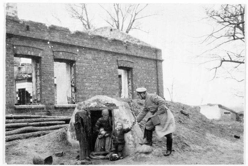 Une paysanne russe mise à l'abri dans un abri de soldat allemand