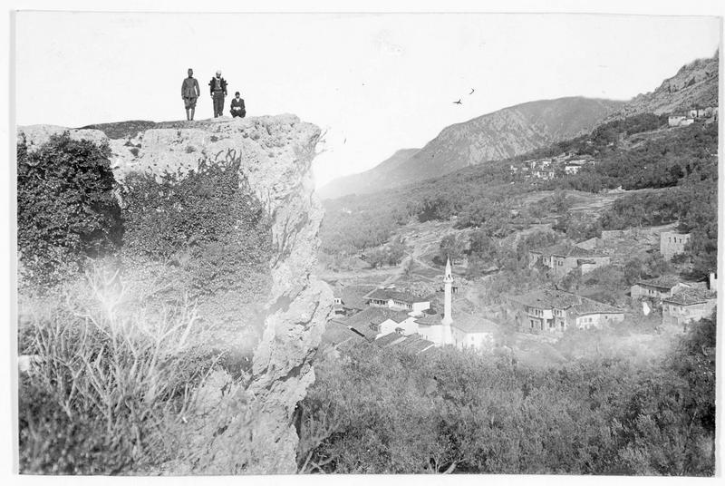 Trois Albanais sur une falaise dominant la ville