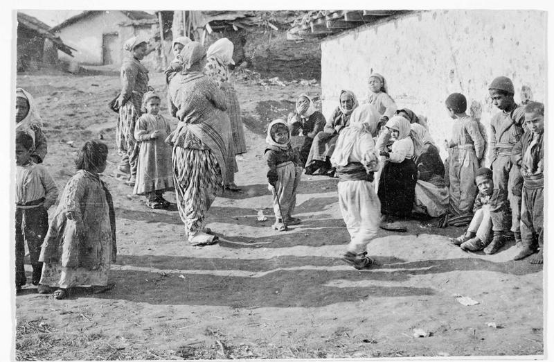Femmes et enfants albanais