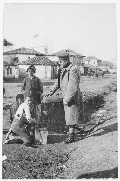 Officier se faisant cirer les bottes par un petit cireur