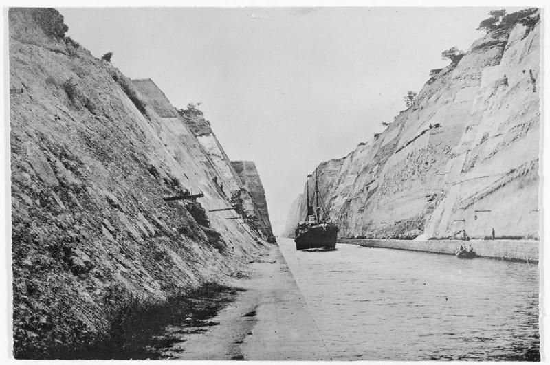 Vue sur le canal de Corinthe, avec un bateau traversant le canal