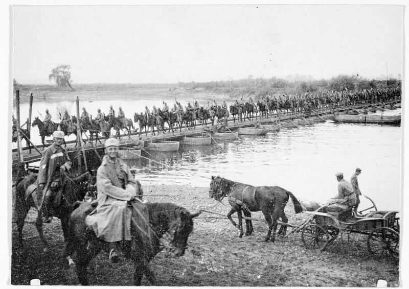 Cavalerie allemande traversant un pont de bateaux