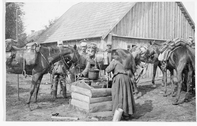 Patrouille de cavalerie allemande, arrêtée à un puits