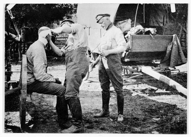 Officier allemand soigné, mise en place d'un pansement
