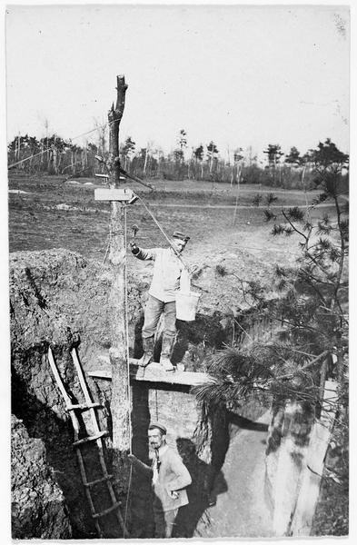 Front oriental, mise en place d'un puits pour amener l'eau dans une tranchée