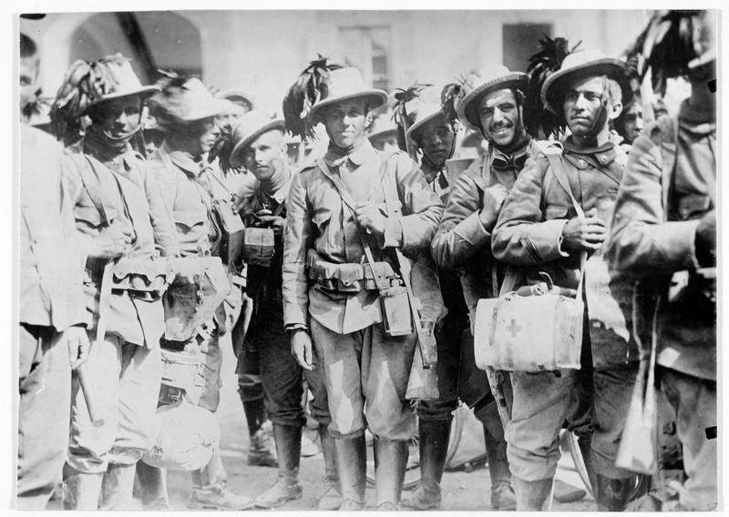 Alpins italiens dont la bravoure, célèbre jusqu'à présent, ne s'est pourtant pas encore manifestée depuis le début de la guerre