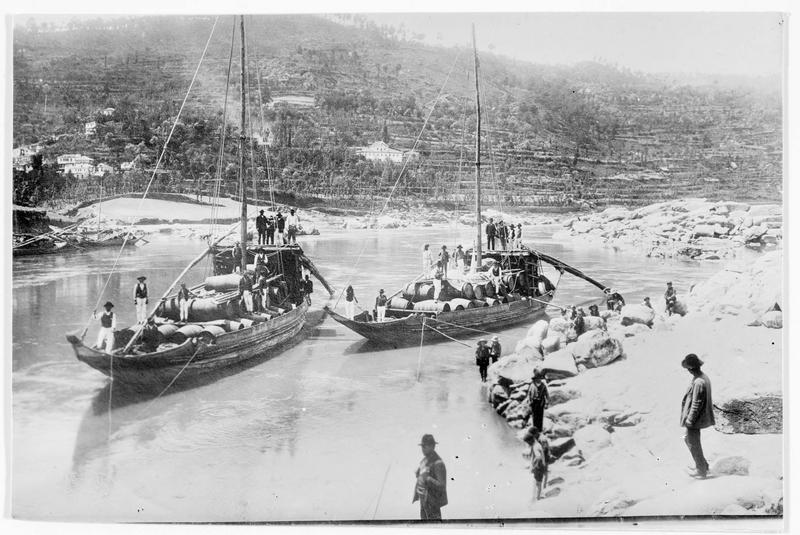 Barques transportant des fûts sur une rivière