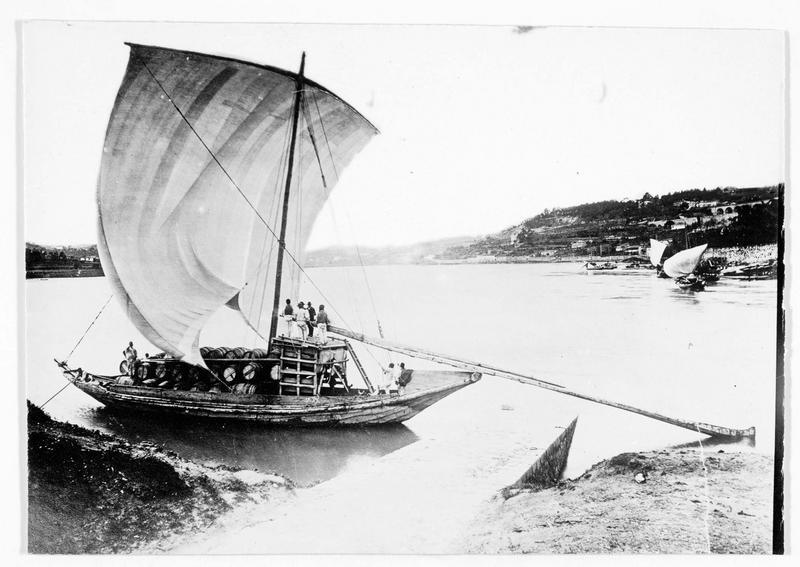 Bateau à voile transportant des fûts sur une rivière
