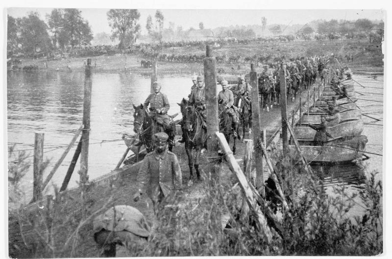 Colonne de cavalerie allemande franchissant un pont de bateaux