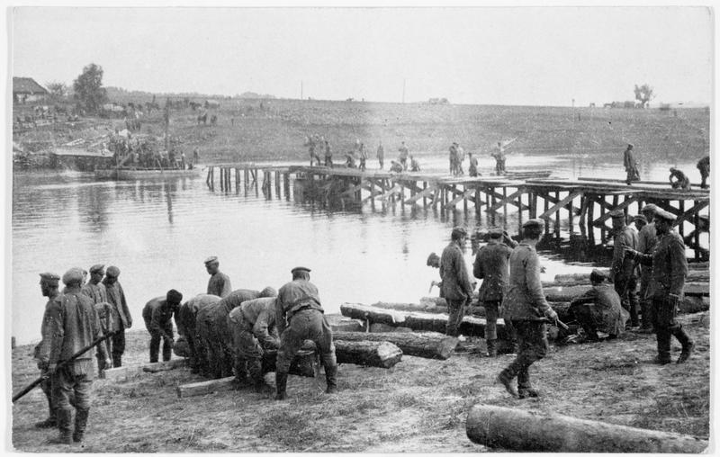 Front russe. Construction d'un pont de chevalets