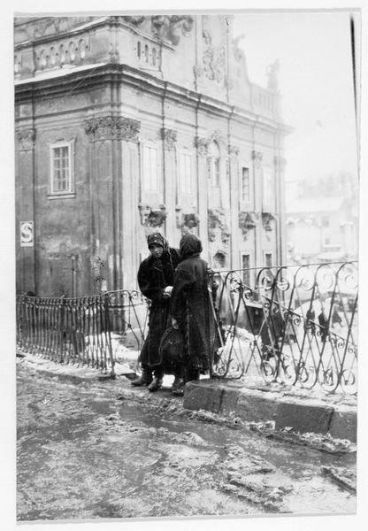 Deux femmes devant l'hôtel de ville