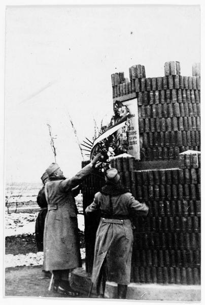 Le ministre hongrois Hazai dépose une couronne sur le monument aux soldats tombés sur la Strypa. Ce monument, derrière le front, est fait de 1500 douilles de schrapnells russes