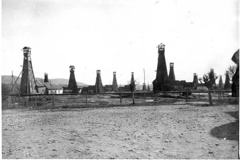 Puits de pétrole à Cimpina. Une rangée typique de derricks sur un site roumain