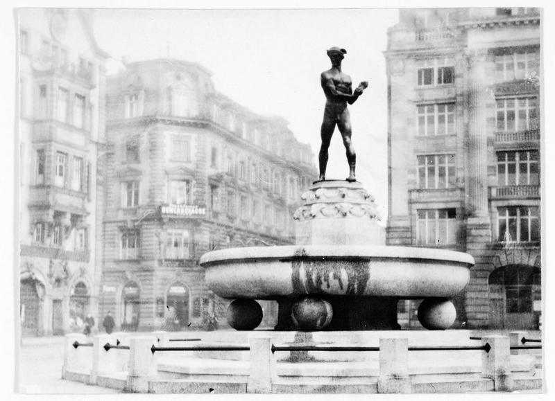 Une nouvelle fontaine à Francfort-sur-le-Main, oeuvre de Hugo Lederer. Place du théatre