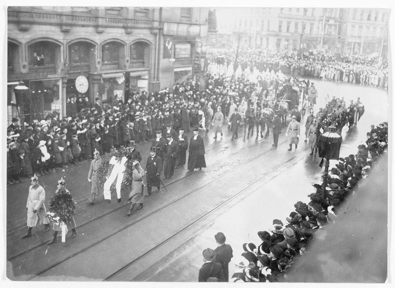 Les funérailles du général Otto von Emmich. Le corbillard et les soldats portant la couronne de l'empereur