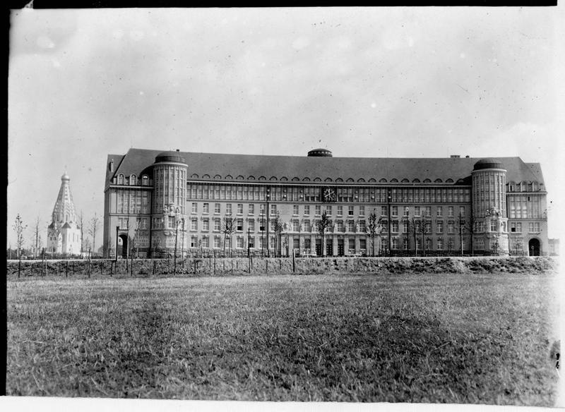 Inauguration solennelle de la bibliothèque nationale ou Deutsche Bücherei. Les nouveaux bâtiments et en arrière plan une église russe