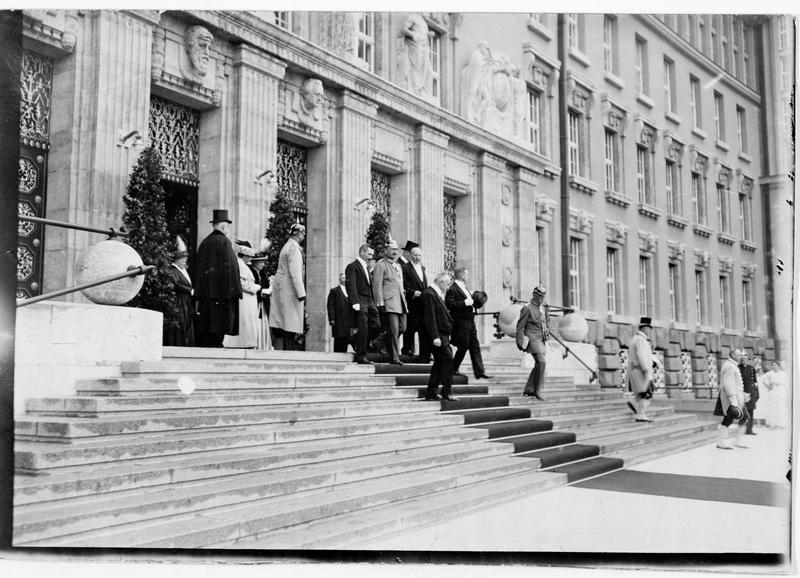 Sortie après l'inauguration solennelle de la bibliothèque nationale ou Deutsche Bücherei. Le roi Frédéric Auguste de Saxe