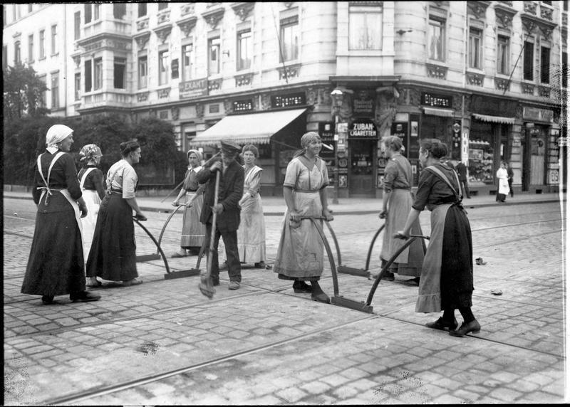 Une scène originale dans une grande ville allemande, qui montre un nouveau métier de guerre pour les femmes. Le nettoyage des rails de tramway, à un carrefour de Leipzig