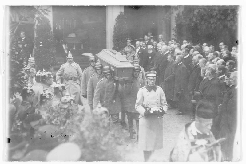 Les funérailles du pilote allemand Max Ritter von Mulzer, décoré de l'ordre du Mérite et de l'Ordre de Max Joseph, et qui reposera au cimetière de Memmingen en Bavière