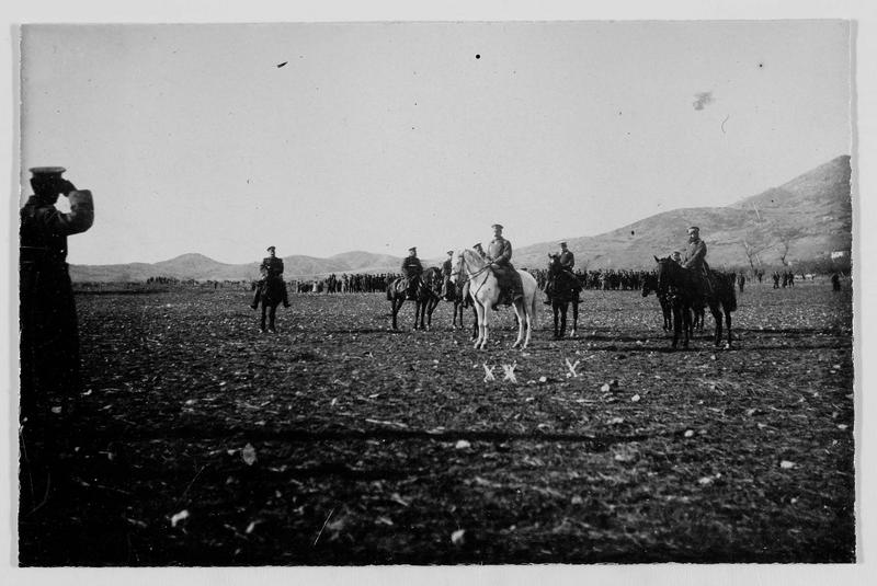 Revue de troupe près de Dobrie. Le général Jekow, commandant en chef des armées bulgares (xx) et le prince de Bulgarie Boris (x)