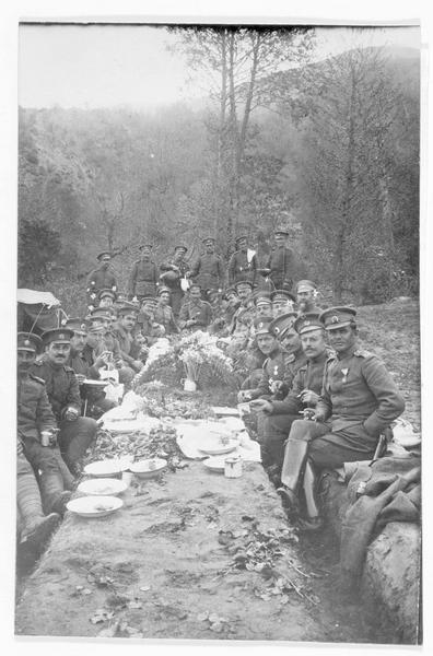 Repas de la victoire pour les officiers bulgares, table aménagée dans une tranchée dans la Dobroudja