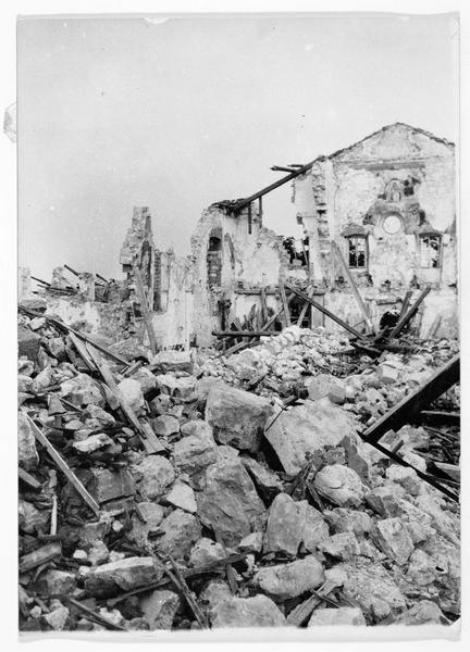 Ruines de l'église d'un monastère près de Monte Santo. Destruction de l'ancien portail, dont toutes les pierres sont à terre à cause des bombardement italiens