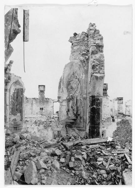 Les barbares italiens. Les pitoyables vestiges de l'église abbatiale de Monte Santo, qui a malheureusement été détruite totalement par des tirs italiens. La montagne elle-même est actuellement le lieu d'une des plus violentes batailles de tout le front italien où, en raison des courageux défenseurs austro-hongrois qui ne reculent ni ne faiblissent, les Italiens dirigent leur feu sur l'abbaye et l'église, sans aucun but militaire évident. Toute la population italienne rurale, dans une large région autour, est privée d'un lieu de pèlerinage de grande renommée par la destruction de cette église.