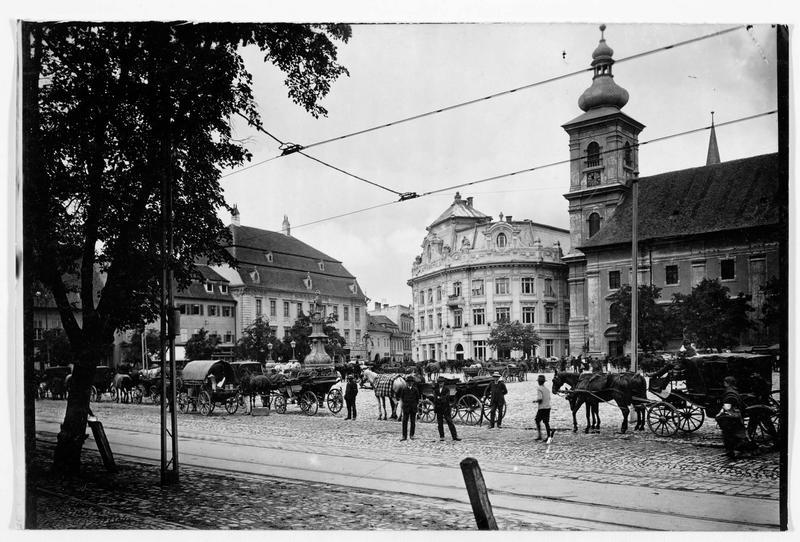 La place du marché : hôtel de Ville (à gauche) et clocher de l'église catholique (à droite), à Hermannstadt (en allemand)