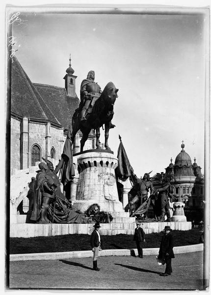 Monument de Klausenburg (en allemand), Kolosvar (en hongrois), la statue équestre du roi Mathias Ier de Hongrie