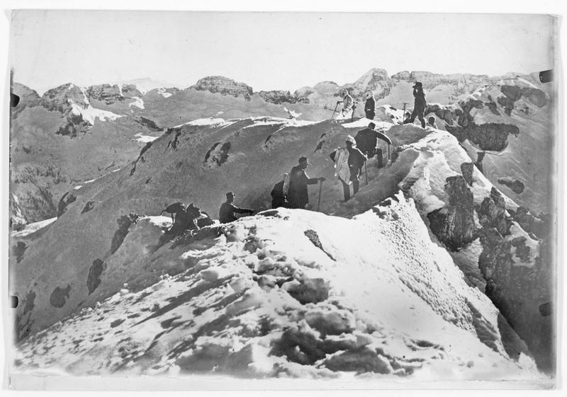 Patrouille austro-hongroise en reconnaissance, dans la neige fraîchement tombée dans les montagnes, à la frontière du Tyrol