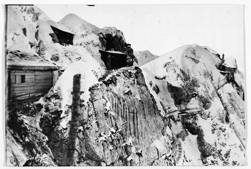 Front du Tyrol, abris d'alpins et mitrailleurs austro-hongrois dans les Alpes