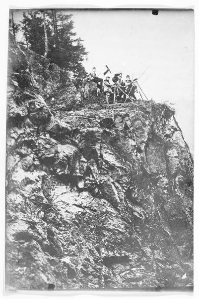 Front du Tyrol, patrouille de signaleurs optiques sur un rocher, prête pour effectuer des signaux de nuit